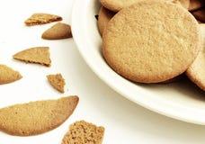 Primo piano su un piatto con i biscotti rotondi del pan di zenzero fotografia stock libera da diritti
