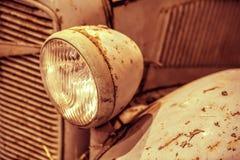 Primo piano sui fari o sulla lampada del faro di retro automobile Immagini Stock Libere da Diritti
