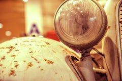 Primo piano sui fari o sulla lampada del faro di retro automobile Fotografie Stock Libere da Diritti