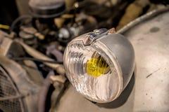 Primo piano sui fari o sulla lampada del faro di retro automobile Fotografie Stock