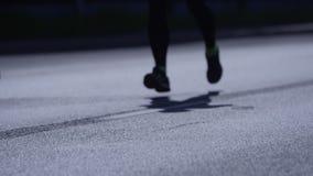 Primo piano sui piedi dei corridori via video d archivio