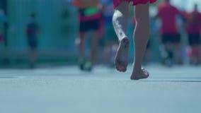 Primo piano sui piedi dei corridori via archivi video