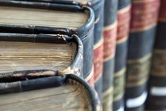 Primo piano sui vecchi libri legge/legali Immagini Stock Libere da Diritti