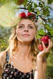 Primo piano sul bello fatato della mela della giovane signora con tre frutti Immagini Stock