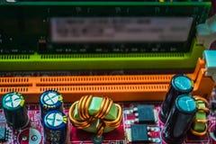 Primo piano sul bordo elettronico nell'officina riparazioni dell'hardware, vaga e tonificata Fotografie Stock