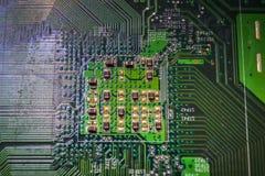 Primo piano sul bordo elettronico nell'officina riparazioni dell'hardware, vaga e tonificata Fotografia Stock Libera da Diritti