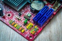Primo piano sul bordo elettronico nell'officina riparazioni dell'hardware, vaga e tonificata Fotografie Stock Libere da Diritti