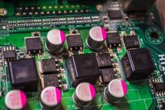 Primo piano sul bordo elettronico nell'officina riparazioni dell'hardware, vaga e tonificata Immagini Stock Libere da Diritti