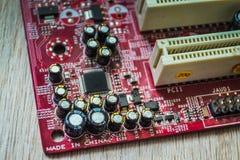 Primo piano sul bordo elettronico nell'officina riparazioni dell'hardware, vaga e tonificata Fotografia Stock