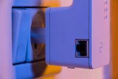 Primo piano sul bottone del ripetitore WPS di WiFi e sull'incavo di Ethernet fotografia stock
