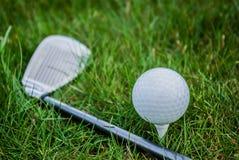 Primo piano sul club di golf e sulla palla da golf Fotografie Stock