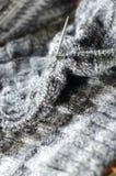 Primo piano sul dettaglio grigio dell'artigianato tessuto che tricotta progettazione Fotografie Stock Libere da Diritti