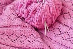 Primo piano sul dettaglio rosa di tricottare tessuto fatto a mano Immagini Stock Libere da Diritti