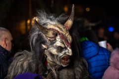 Primo piano sul diavolo cornuto nel krampuslauf tradizionale con le maschere di legno in Retz fotografia stock