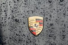 Primo piano sul logo Porsche AG con le gocce di pioggia Fotografie Stock Libere da Diritti