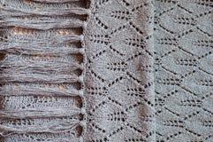 Primo piano sul maglione grigio tricottante fatto a mano tessuto Immagine Stock Libera da Diritti