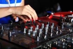 Primo piano sul miscelatore del DJ Immagine Stock Libera da Diritti