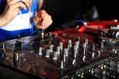 Primo piano sul miscelatore del DJ Fotografie Stock Libere da Diritti