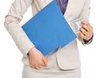 Primo piano sul pacchetto nascondentesi della donna di affari dei dollari Fotografie Stock Libere da Diritti