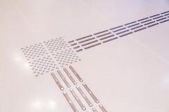 Primo piano sul percorso di pavimentazione tattile dell'interno del piede per i ciechi fotografie stock libere da diritti