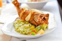 Primo piano sul pesce fritto nel grasso bollente del luccio sul cuscino bollito della patata con burro e le erbe Fotografia Stock Libera da Diritti