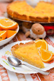 Primo piano sul pezzo di torta della mandorla e del limone sul piatto con le arance Fotografia Stock Libera da Diritti