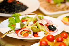 Primo piano sul piatto con insalata Fotografia Stock Libera da Diritti
