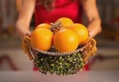 Primo piano sul piatto decorato con le arance a disposizione della donna Fotografia Stock Libera da Diritti