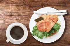Primo piano sul salmone popolare e delizioso del croissant dell'alimento immagine stock libera da diritti