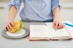 Primo piano sull'adolescente che studia nella cucina Immagine Stock