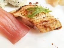 Primo piano sull'alimento giapponese popolare dei sushi del pesce della griglia immagini stock libere da diritti