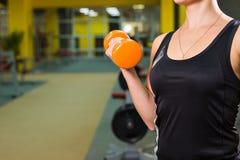Primo piano sull'allenamento della donna di forma fisica con la testa di legno arancio Fotografie Stock