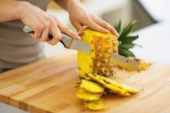Primo piano sull'ananas di taglio della donna Immagini Stock Libere da Diritti