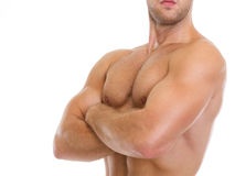 Primo piano sull'uomo che mostra i muscoli della cassa Immagine Stock