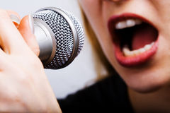 Primo piano sulla bocca e sul microfono del cantante femminile Fotografia Stock Libera da Diritti