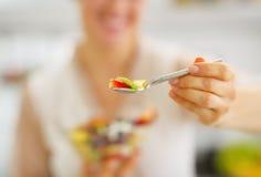 Primo piano sulla donna che dà cucchiaio con macedonia di frutta Immagine Stock Libera da Diritti