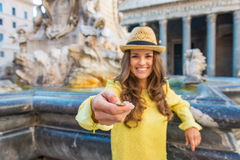 Primo piano sulla donna che lancia moneta vicino alla fontana Fotografie Stock Libere da Diritti