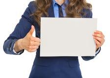 Primo piano sulla donna di affari che mostra lo strato della carta in bianco Fotografia Stock