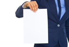 Primo piano sulla donna di affari che mostra lo strato della carta in bianco Fotografia Stock Libera da Diritti