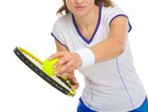 Primo piano sulla palla femminile del servizio del tennis Fotografie Stock