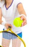 Primo piano sulla palla femminile del servizio del tennis Fotografia Stock Libera da Diritti