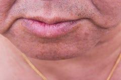 Primo piano sulla pelle cascante della guancia dell'uomo asiatico maturato fotografia stock
