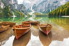 Primo piano sulle barche sui braies del lago nel Tirolo del sud Fotografia Stock