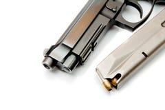 Primo piano sulle munizioni di 9mm con una rivoltella Fotografie Stock Libere da Diritti