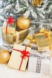 Primo piano sulle scatole del regalo di Natale sotto l'albero di Natale Fotografia Stock Libera da Diritti
