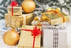 Primo piano sulle scatole del regalo di Natale sotto l'albero di Natale Immagine Stock