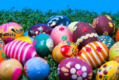 Primo piano sulle uova di Pasqua su crescione Fotografia Stock Libera da Diritti