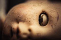 Primo piano terrificante del fronte della bambola fotografie stock libere da diritti