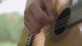 Primo piano umano della chitarra dei giochi di mani archivi video