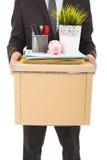 Primo piano un uomo d'affari infornato che porta una scatola fotografia stock libera da diritti